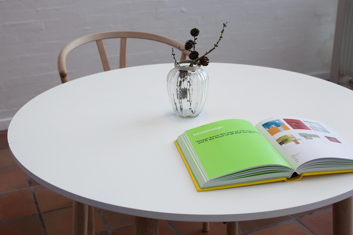 Produktbillede af rundt spisebord med udtræk