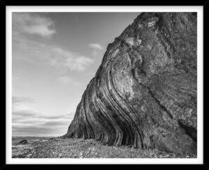 Mange synlige lag i klinterne ved Hanklit på Mors, sort hvid fotografi