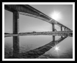 Saliingsundbroen spejlet i vandpyt, sort hvid fotografi